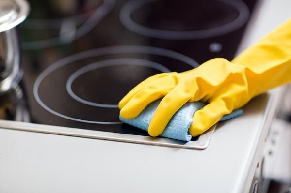 Cleaning an induction hob
