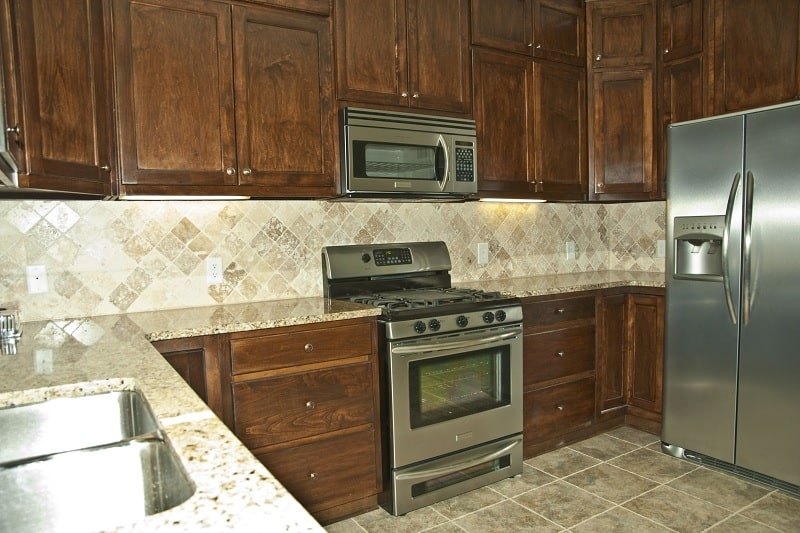 Kitchen with gap between oven and countertop